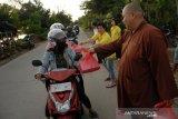 Umat Buddha bagikan takjil buka puasa