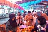 Pastikan takjil yang dijual di Pasa Pabukoan Solok layak konsumsi, BBPOM Padang uji sampel makanan dan minuman