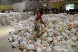 Satgas Pangan Aceh dan Tim Pengendalian Inflasi Daerah (TPID) memeriksa persediaan beras di gudang Perum Bulo Divre Lambaro, Kabupaten Aceh Besar, Senin (13/5/2019). Pemeriksaan stok pangan di gudang Bulog dan sejumlah toko grosir dan penyalur di pusat pasar daerah itu untuk memastikan ketersediaan kebutuhan pokok dan memantau pergerakan harga selama bulan ramadhan. (Antara Aceh/Ampelsa)