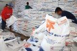 Sejumlah pekerja melakukan pengemasan beras untuk Rakyat Sejahtera (Rastra) di gudang Perum Bulog Subdivisi Regional (Divre) Meulaboh, Aceh Barat, Selasa (14/5/2019). Perum Bulog Subdivisi Regional (Divre) Meulaboh menyiapkan beras untuk Rakyat Sejahtera (Rastra) periode Mei 2019 sebanyak 500 ton untuk disalurkan kepada 467.840 Keluarga Penerima Manfaat (KPM) yang tersebar di Kabupaten Aceh Barat, Nagan Raya dan Kabupaten Simeulu dengan masing-masing mendapatkan 10 kilogram per keluarga. (Antara Aceh/Syifa Yulinnas)