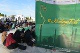 Remaja masjid dan santri menghadiri kegiatan Khatam Festival di Masjid Raya Baiturrahman, Banda Aceh, Selasa (14/5/2019). Khatam Festival yang dibuka oleh Ketua Pengurus Harian Dewan Masjid Indonesia (DMI), Sofyan Djalil yang juga Menteri Agraria dan Tata Ruang digelar di enam kota, salah satunya di Aceh itu berlangsung sehari dalam rangka mengisi ibadah bulan ramadhan dan mewujudkan wadah ekonoimi keumatan berbasis masjid. (Antara Aceh/Ampelsa)