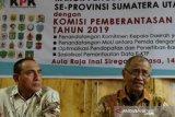 Ketua KPK Agus Rahardjo (kanan) bersama Gubernur Sumut Edy Rahmayadi (kiri) menjawab pertanyaan wartawan disela Rakor Pencegahan Korupsi Terintegrasi se Provinsi Sumut, di Medan, Sumatera Utara, Selasa (14/5/2019). Rakor yang diikuti para Wali Kota dan Bupati se Sumut tersebut dalam rangka pencegahan korupsi di lingkungan pemerintahan daerah. (Antara Sumut/Irsan)