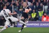 Barcelona dan Real Madrid bersaing mendapatkan Van de Beek