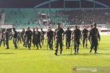 Laga PSS Sleman v Arema sempat terhenti karena kericuhan supporter