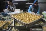 Sejumlah warga menyelesaikan pesanan kue kering di Margadadi, Indramayu, Jawa Barat, Rabu (15/5/2019). Sejumlah ibu rumah tangga memanfaatkan Ramadhan untuk berbisnis berbagai kue kering skala rumahan seperti kue Nastar, Putri Salju dan Kastengel yang dijual seharga Rp35.000 hingga Rp65.000 per stoples. ANTARA JABAR/Dedhez Anggara/agr