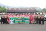 Bhayangkari bersama personel Polres Bitung bagi-bagi takjil