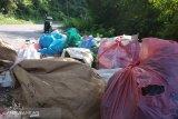 Tumpukan sampah berserakan di jalan Bukittinggi-Batusangkar