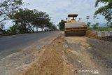 Pekerja mengoperasikan alat berat membangun pelebaran jalan nasional di desa Indrapuri, Kabupaten Aceh Besar, Kamis (16/5/2019). Pelebaran jalan nasional lintas Banda Aceh-Sumut itu untuk mempelancar arus kendaraan, termasuk arus mudik lebaran Idul Fitri. (Antara Aceh/Ampelsa)