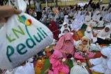 Karyawan PT PLN (Persero) Wilayah Aceh memberikan bantuan berupa paket ramadhan kepada anak yatim saat berbuka puasa bersama di Banda Aceh, Kamis (16/5/2019). PT PLN Wilayah Aceh melalui program BUMN Hadir Untuk Negeri di bulan Ramadhan 1440 Hijriyah itu menyantuni sebanyak 1.000 anak yatim termasuk pembagian Alquran, beasiswa dan bantuan program rumah masyarakat kepada warga kurang mampu. (ANTARA FOTO/Ampelsa/pras)