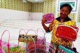 Kelompok usaha perempuan Mandow Biak produksi tas hasil limbah sampah