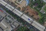 Foto udara proyek Jalan Tol Layang Jakarta-Cikampek di KM 19, Bekasi, Jawa Barat, Kamis (16/5/2019). Pemerintah melalui Kementerian PUPR akan menghentikan sementara pengerjaan pembangunan proyek jalan tol layang tersebut sejak H-10 lebaran hingga H+10 untuk menambah kelancaran dan kenyamanan arus mudik dan arus balik. ANTARA FOTO