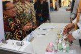 Kepala Bank Indonesia KPw Provinsi Kaltim Muhammad Nur (kiri) saat peluncuran bersama 30 bank se-Kaltim dalam penukaran uang pecahan kecil menghadapi Idul Fitri di Bigmal Samarinda, Kamis (16/5). (Antaranews Kaltim/Ist)