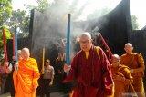 Sejumlah perwakilan umat Buddha membawa Api Dharma menggunakan obor usai mengambil dari sumber Api Abadi Mrapen, di desa Manggarmas, Godong, Grobogan, Jawa Tengah, Jumat (17/5/2019). Prosesi pengambilan api Dharma atau api abadi yang kemudian disemayamkan di Candi Mendut dan akan dibawa menuju altar utama di Candi Borobudur pada puncak prosesi tersebut merupakan rangkaian dari ritual jelang hari raya Waisak 2563 BE/2019. ANTARA FOTO