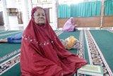 Marieta (73) menempuh 11 kilometer untuk beribadah