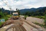 Jalinsum Jembatan Merah menuju Muara Sipongi banyak yang rusak