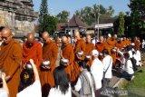 Ratusan biksu pindapata di pelataran Candi Mendut menjelang puncak Waisak