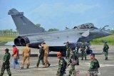 Prajurit TNI AU melakukan pengamanan terhadap pilot dan pesawat tempur Rafale Angkatan Laut Perancis pasca mendarat darurat di Lanud Sultan Iskandar Muda, Blangbintang, Aceh Besar, Minggu (19/5/2019). Dari tujuh pesawat tempur Angkatan Laut Perancis yang mendarat darurat di Lanud SIM pada Sabtu (18/5/2019) karena cuaca buruk di sekitar kapal induk Caharles De Gaule yang menjadi pangkalan pesawat itu, saat ini tinggal dua pesawat di Lanud SIM menunggu perbaikan, sedangkan lima pesawat lainnya sudah kembali ke kapal induk. (Antara Aceh/Ampelsa)