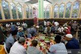Warga mempersiapkan makanan berbuka pada kenduri Nuzulul Quran di Masjid Raudhatul Jannah, Desa Pango Raya, Banda Aceh, Aceh, Minggu (19/5/2019). Kenduri Nuzulul Quran pada bulan Ramadhan di Provinsi Aceh dirayakan setiap tahun dengan cara berbuka puasa bersama. (ANTARA FOTO/Irwansyah Putra/foc)