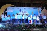 PLT Asdep Pendayagunaan Portofolio Kepemilikan Negara Monoritas Kementerian BUMN Aditya Dhanwantara  (kelima kiri) bersama Asisten satu Pemda Provinsi Bengkulu Hamka Sabri (ketujuh kanan) memberikan secara simbolis bantuan kepada yayasan, dan anak yatim terdampak banjir saat Safari Ramadhan BUMN 1440 H di Gedun Olahraga Bengkulu, Minggu  (19/05/2019). Safari Ramadhan BUMN 1440 H yang di selenggrai oleh Bank BTN, PT Pos Indonesia, Perum PNRI, Perum Peruri tersebut memberikan bantuan CSR sebesar lima ratus juta rupiah untuk perbaikan 18 yayasan, santunan 1000 anak yatim dan korban terdampak banjir, dan pembagian seribu alat shalat dalam rangka program BUMN Hadir Untuk Negeri. ANTARA FOTO/David Muharmansyah