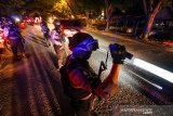 Polisi Unit Reaksi Cepat (URC) bersenjata lengkap berjaga jaga memantau situasi kawasan rawan kejahatan dari atas sepeda motor di jalur lintas nasional Medan-Banda Aceh kawasan Blang Panyang, Lhokseumawe, Aceh, Minggu (19/5/2019) malam. Kepolisian setempat menggencarkan patroli dan pengamanan melekat di sejumlah titik yang mulai rawan kejahatan jambret dan perampokan sekaligus menjamin keamanan dan kenyamanan perjalanan warga jelang musim mudik 2019. (Antara Aceh/Rahmad)