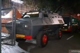 Kendaraan perintis polisi disiagkan  di depan Kantor KPU