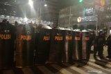 Pendemo bertahan di Jalan Wahid Hasyim