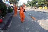 Petugas kebersihan mulai sapu puing berserakan sekitar RS Pelni