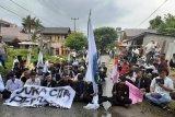 Puluhan mahasiswa unjuk rasa dengan membaca Al Quran di KPU Sumbar