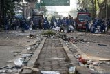 Petugas Penanganan Prasarana dan Sarana Umum (PPSU) membersihkan jalan pascakerusuhan di kawasan Kantor Bawaslu, Jakarta, Kamis (23/5/2019). ANTARA FOTO