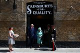 Rayakan ulangtahun supermarket, Ratu Elizabeth mampir ke toko
