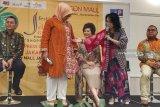 Gaya busana batik pilihan Fery Farhati Baswedan tampil bersahaja