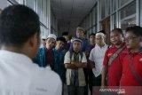 Peserta Pesantren Kilat Ramadhan 2019 yang digagas bersama Serikat Pekerja Perum LKBN ANTARA, SEAMEO BIOTROP dan para pihak, didukung Otoritas Jasa Keuangan (OJK), Rumah Sakit Pelni, Star Energy, Yayasan Baitul Maal (YBM) BRI, Taman Safari Indonesia (TSI), Tiga Roda (Indocement), Batamindo Investment-Cakrawala, Cibinong Center Industrial Estate (CCIE), PT Anpa, BPJS Kesehatan, BPJS Ketenagakerjaan, Faber Castell, Indofood, Alfamart, UNITEX, Lezza, dan The Jungle Waterpark, menyimpan penjelasan dari ahli di Laboratium Kultur Jaringan tumbuhan di SEAMEO BIOTROP. (Megapolitan.Antaranews.Com/Foto: Rizky Fazriansyah).
