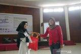 Regional Sales Manager, Unirama (Lezza), Yuni Siswanti, memberikan hadiah kepada peserta Pesantren Kilat Ramadhan 2019 yang digagas bersama Serikat Pekerja Perum LKBN ANTARA, SEAMEO BIOTROP dan para pihak, didukung Otoritas Jasa Keuangan (OJK), Rumah Sakit Pelni, Star Energy, Yayasan Baitul Maal (YBM) BRI, Taman Safari Indonesia (TSI), Tiga Roda (Indocement), Batamindo Investment-Cakrawala, Cibinong Center Industrial Estate (CCIE), PT Anpa, BPJS Kesehatan, BPJS Ketenagakerjaan, Faber Castell, Indofood, Alfamart, UNITEX, Lezza, dan The Jungle Waterpark. (Megapolitan.Antaranews.Com/Foto: Rizky Fazriansyah).