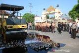 Polres Metro musnahkan miras dan petasan