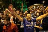 Puluhan pendukung menyambut kedatangan pemain dan ofisial Chelsea saat tiba di Baku, Azerbaijan, Selasa (28/5/2019), jelang final Liga Europa melawan Arsenal. ANTARA FOTO