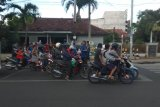 Tagana Lampung berbagi takjil kepada para pengendara