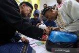 Umat muslim menunaikan zakat fitrah melalui panitia amil zakat di Masjid Alfalah Desa Keude Aceh, Lhokseumawe, Aceh, Jumat (31/5/2019) malam. Menjelang Idulfitri umat muslim melaksanakan kewajiban membayar Zakat Fitrah sebesar 2,5 kg atau tiga liter beras atau uang senilai ketentuan zakat yang ditunaikan. (Antara Aceh/Rahmad)