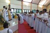 Mgr Dominikus tabiskan 18 calon imam Katolik