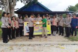 Polres Kapuas bagikan 130 paket sembako untuk korban keracunan massal