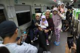 Gubernur Jateng bareng pemudik naik kereta api ke Semarang