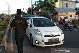 Pemudik dapat takjil dari pemuda di Jalinteng Sumatera