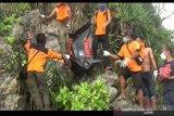 SAR Baron evaluasi mayat laki-laki tanpa identitas di Pantai Trenggole