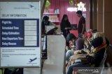 Calon penumpang menunggu keberangkatan pesawat di Bandara Husein Sastranegara, Bandung, Jawa Barat, Senin (3/6/2019). Data dari petugas Bandara Husein Sastranegara mencatat pada H-3 Idul Fitri 2019 jumlah penumpang domestik yang datang dan pergi menurun 10 persen atau 8.665 penumpang dibandingkan pada H-3 Idul Fitri 2018 yang mencapai 9.441 penumpang. ANTARA JABAR/Raisan Al Farisi/agr