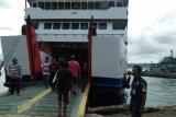 Warga Namrole ke Ambon untuk merayakan malam takbiran