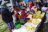 Tambah penghasilan keluarga, warga asli Papua jualan daun ketupat