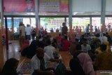 Senyum bahagia narapidana Lapas Padang saat keluarga bawakan kue Lebaran