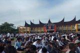 Ribuan jamaah ikuti shalat Id di halaman kantor Bupati Agam