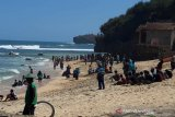 Wisatawan menikmati makanan laut di Pantai Ngandong