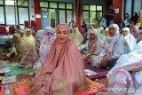 Angelina Sondakh bermukena pink Shalat Id di Lapas Pondok Bambu