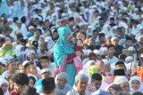 Hujan lebat tak menyurutkan umat Islam Shalat Id di Ambon